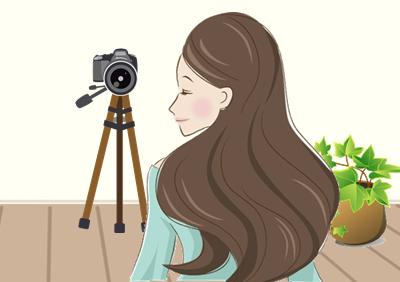 カメラに写る女性